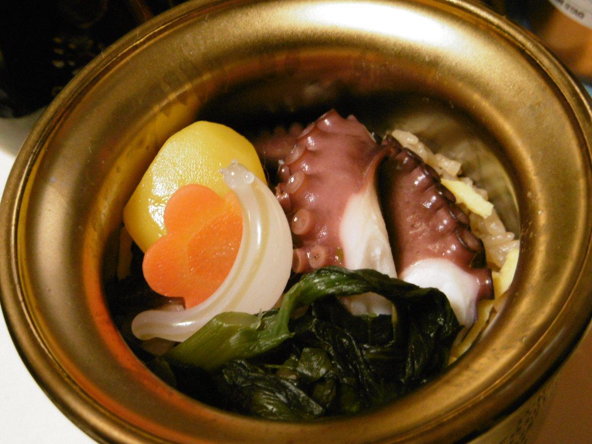 test ツイッターメディア - 今日のナメちゃん晩御飯は「ゴジラ対ひっぱりだこ飯」と「金のひっぱりだこ飯」! 金の方がタコサイズが大きいけど、ゴジラの方いただきました(^ω^)味の染みたご飯とタコと菜っ葉と燻製うずら卵が美味しいにゃ! ツボはペン立てになる運命。  ※硝子製ナメ注意 https://t.co/cz8qhqVscr