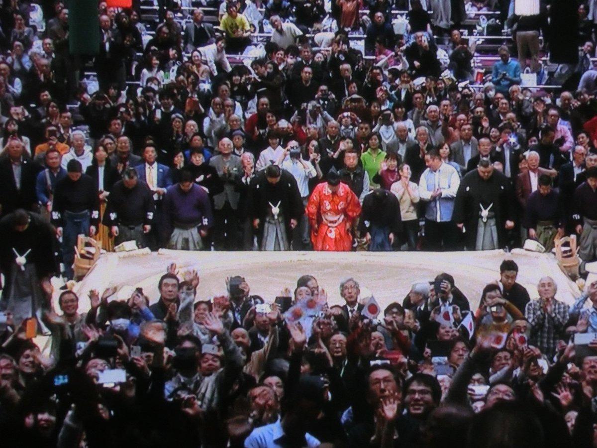 test ツイッターメディア - 大相撲は誰が優勝するか楽しみになってきた。天皇・皇后両陛下の天覧相撲。親しみ込めた陛下の手を振られる姿に感動した観客は、総立ちの拍手だった。お相撲さん達も感動し、力を入れた取り組みだった。結びの一番を一人横綱として力強く締めくくった白鵬の姿も凛々しい。TV特等席で今日も応援するぞ。 https://t.co/9bBQDO9bfR