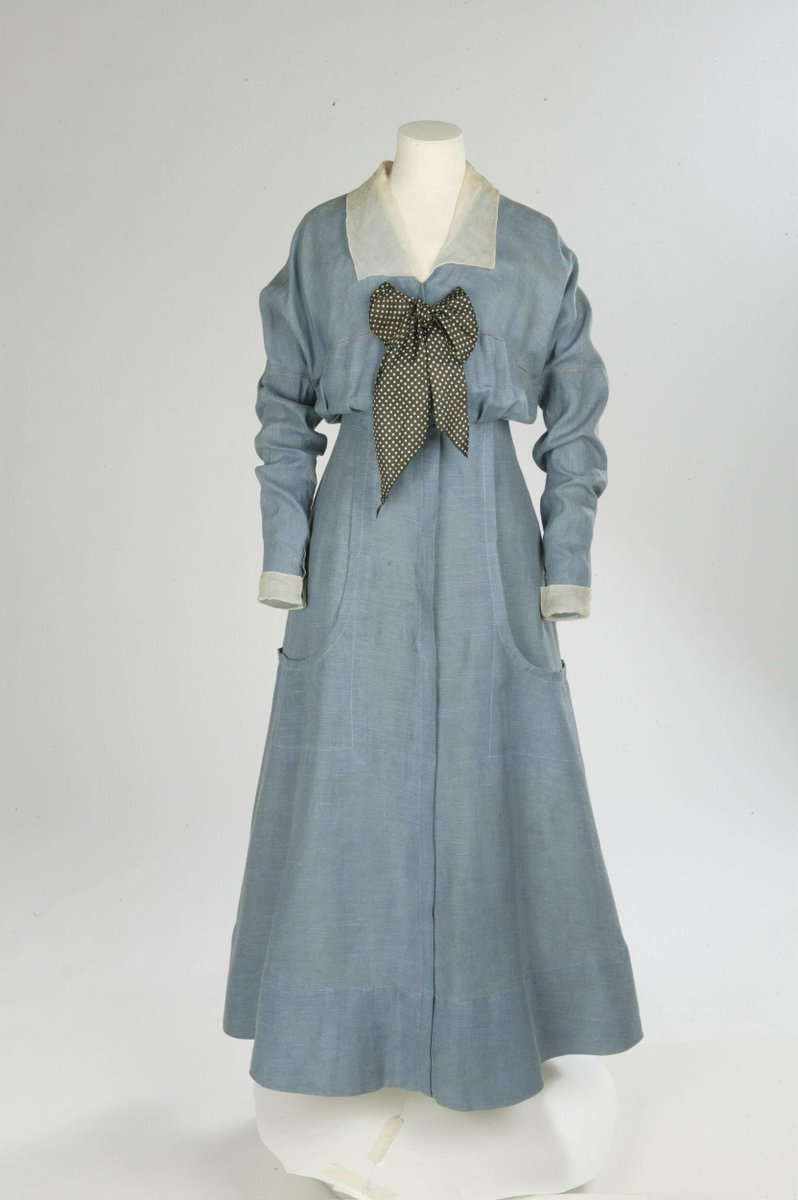 Linen day dress with a silk organza collar and cuffs and silk twill bow. Simple sea-side frock has as its focal point a large spotted silk twill cravat which is loosely tied in a bow to fasten the bodice front. ©Victoria & Albert Museum, London