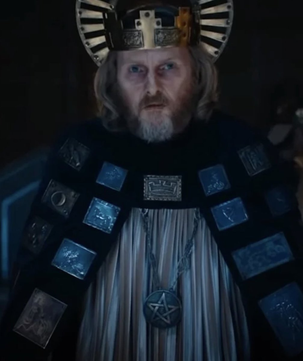 Sean Harris as King (Arthur) and his shiny pendant. All the shiny.