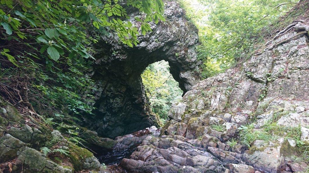 test ツイッターメディア - 山形県の名瀑「くぐり滝」 自然がくりぬいたドーナツの様な岩穴から滝が流れ落ちる様から「くぐり滝」と呼ばれたという。このような様の滝は全国でも珍しいらしい。  詳細記事≫https://t.co/tkGAMlDXmZ  #車泊旅行記 #車中泊 #旅行 #観光 #山形旅行 #日本の滝 https://t.co/hkfJwf2T1p