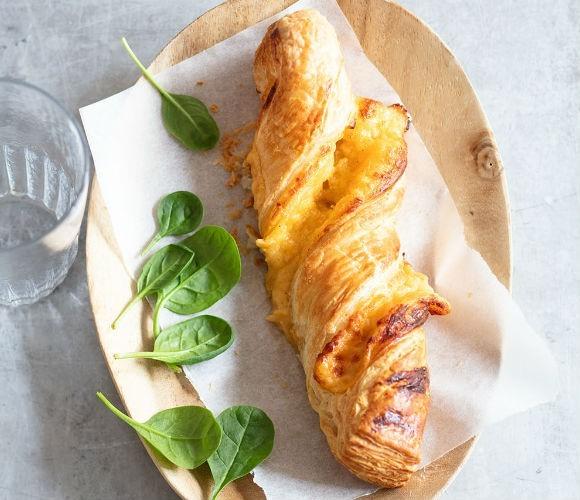 Torsade Cheddar  Een overheerlijke gedraaide bladerdeeg-kaas snack met lichtkrokante bite. Ideaal als snack of als aanvulling bij de maaltijd.