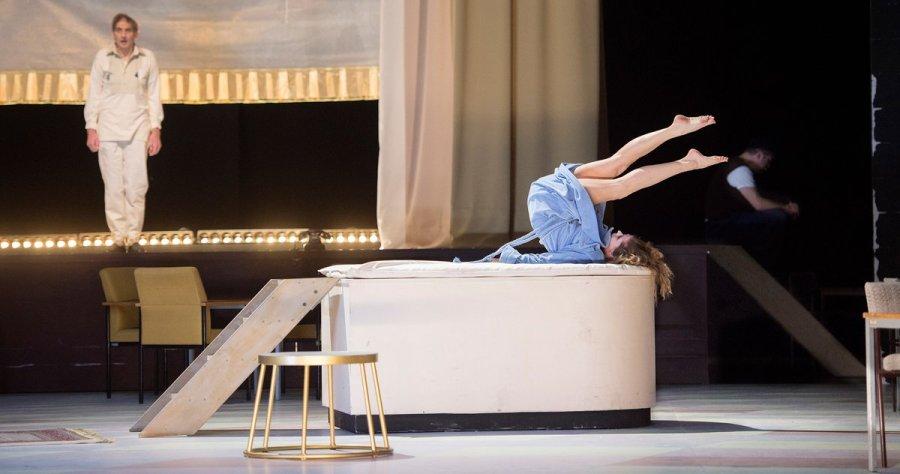 """test Twitter Media - Alban Bergs berühmte Oper """"Lulu"""" in der preisgekrönten Inszenierung von Christoph Marthaler ist ab dem 2. Februar zurück – dies werden die vorerst letzten Vorstellungen sein! @MojcaErdmann singt die Titelpartie. #luluHH Alle Infos: https://t.co/wi1mtwpKW2 (📷 Monika Rittershaus) https://t.co/MwEnxGSW8M"""