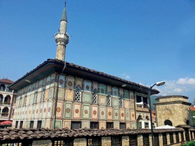 """Yaş Türkistan Haber on Twitter: """"#BeratKandili'niz mübarek olsun! Türk dünyasına sağlık ve huzur diliyoruz. Kuzey Makedonya'nın Kalkandelen şehrinde bulunan ve farklı mimarisi ile süslemeleriyle dikkat çeken Alaca Camii Osmanlılar tarafından 1438'de inşa"""