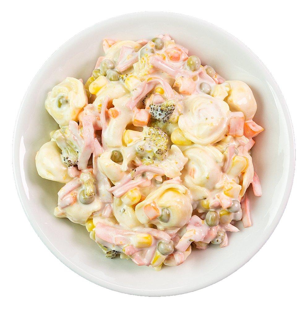 Tortelinisalade di Roma. Een heerlijke tortelini met gekookte worst, wortel, maïs, erwten en broccoli in een kruidige roomsaus. Echt een aanrader voor bij de barbecue!