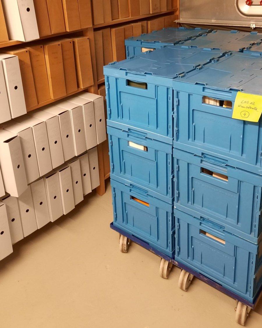 test Twitter Media - Soeben sind die letzten entsäuerten Aktionskataloge, insgesamt 33 Kisten der Jahre 1971-1989, zurück. Die Kataloge werden bald wieder in unserer Bibliothek zugänglich sein. Durch die Aktion der PRESERVATION ACADEMY LEIPZIG, können säurehaltige Bibliotheksbestände gerettet werden. https://t.co/PFPqkFSURq