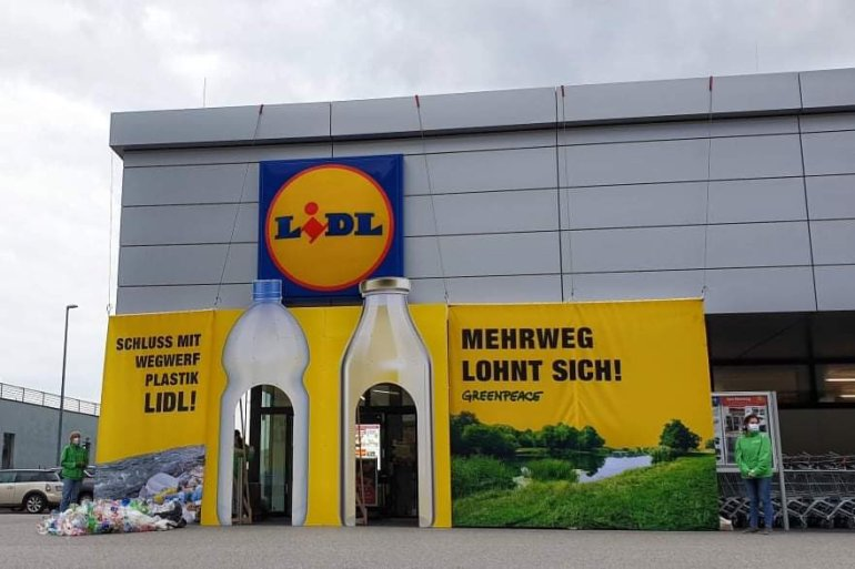 Let's ask supermarkets to ditch throwaway plastic packaging! @LidlOesterreich must help stop the flood of disposable plastic.  @GreenpeaceAT is asking them to put in place a satisfactory deposit/returnable/recycling system.  #BreakFreeFromPlastic #Austria