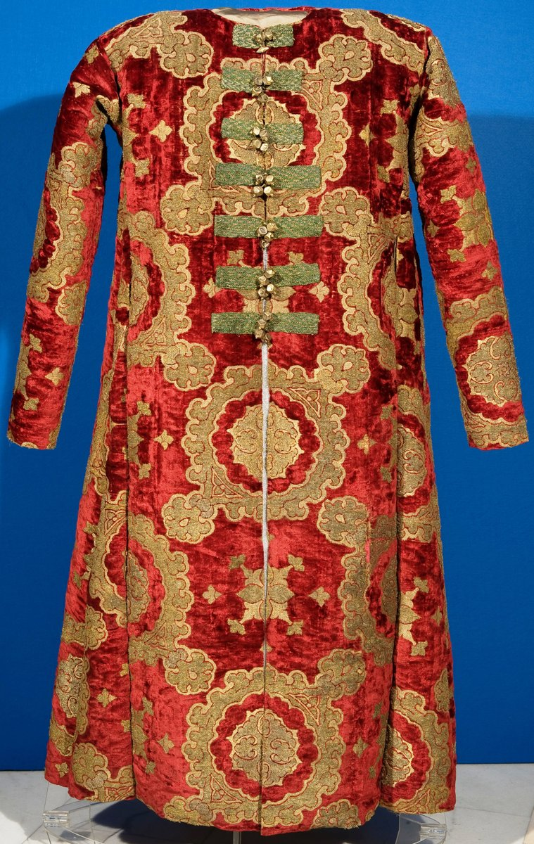 ca - late 15th century - brilliant crimson and gold brocade - http://mnar.arts.ro/descopera/galerii-permanente/75-galeria-de-arta-veche-romaneasca/descopera-lucrarile-din-galeria-de-arta-romaneasca-veche/68-caftan-tara-romaneasca-secolul-xv