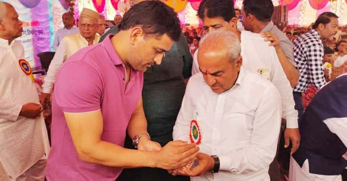 """सुखराम बिश्नोई's tweet - """"भारतीय क्रिकेट टीम के पूर्व कप्तान श्री महेंद्र  सिंह धोनी के साथ संघवी तीजांबेन मिश्रीमलजी कटारिया राजकीय उच्च ..."""