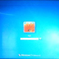 図13:無事Windows7のログイン画面が表示されました。Windows7のパスワードを入力し、Enterキーを押します。