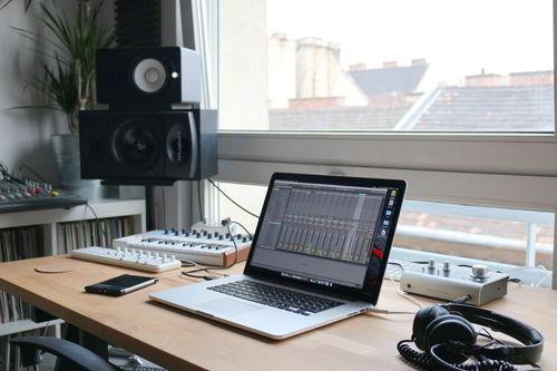 laptop-met-randappratuur-voor-audio Home