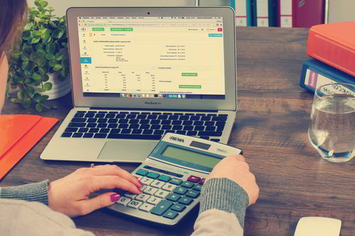 vrouw-doet-financieen-aan-laptop Home