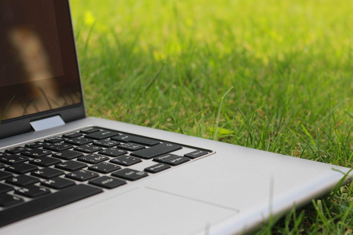 laptop ligt op het gras