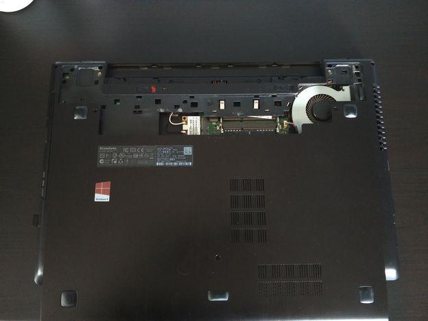 stap-3-scrhoeven-losdraaien-en-klep-verwijderen Stof uit een laptop halen: zo moet het