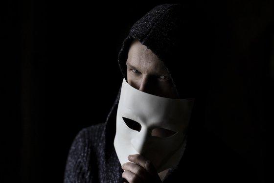 Moet-ik-mijn-kind-online-controleren-Anonieme-persoon-online-1024x683 Moet ik mijn kind online controleren?