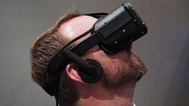 תצוגת ה-Oculus על ראש שחקן. engadget.com