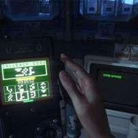 תמונת מצב המציגה את אמנדה פורצת למחשב בעזרת מכשיר שנמצא במהלך המשחק Alien Isolation.