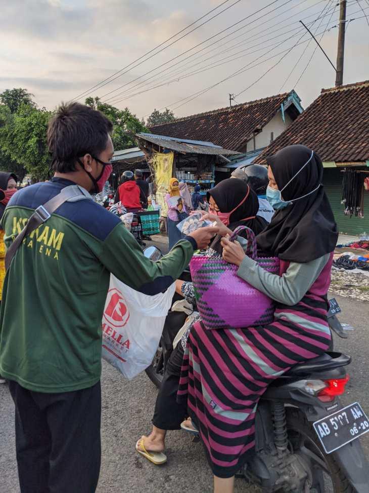 Gerakan Berbagi Masker Gratis MCCC Cabang Ponjond di Pasar Legi