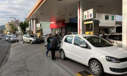 Blumenau amanhece com filas em postos de combustíveis