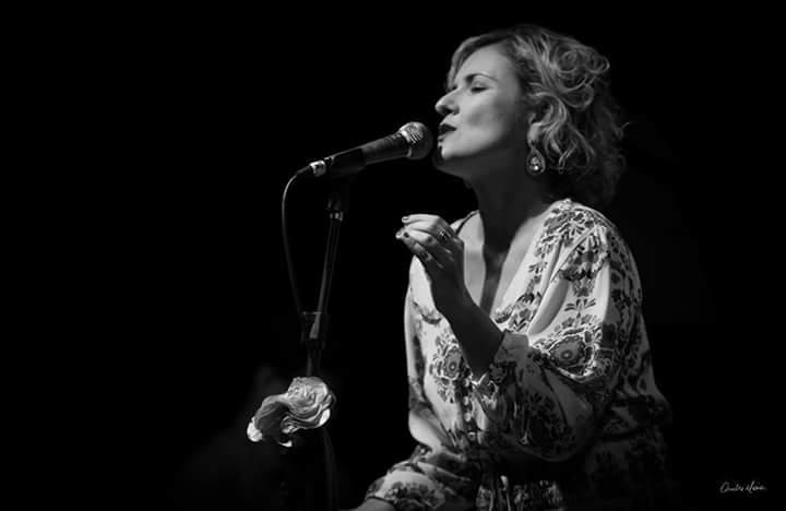 "Bárbara Damásio apresenta o show ""Bárbara canta Chico"""