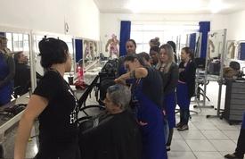 Alunos dos cursos de corte de cabelo atendem comunidade gratuitamente