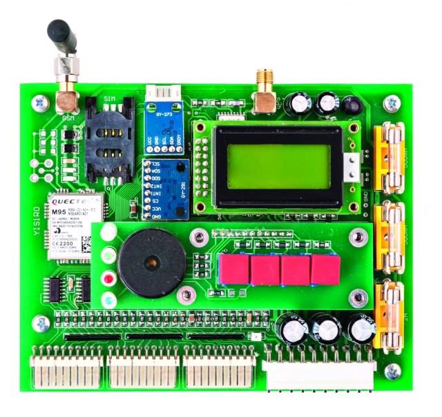 Uređaj, koji služi za nadzor nad plovnim objektom, objedinjuje akcelerometar, žiroskop, magnetni kompas, GPS i GSM