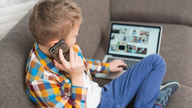 Vreme provedeno pred ekranom (ne) utiče na decu
