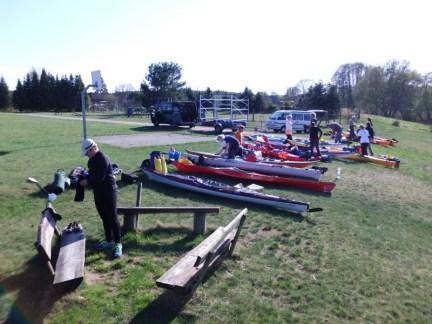 Boote und Ausrüstung werden am Starort bereit gemacht