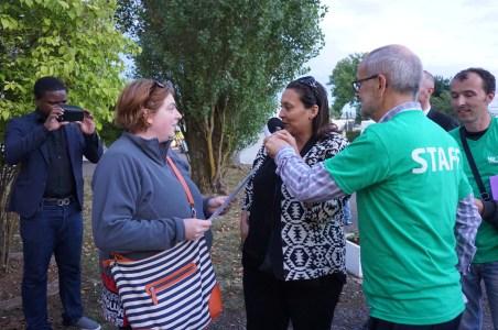 Mme Nadia Lahrach, adjointe au maire de Vandoeuvre-lès-Nancy déléguée à la jeunesse et aux sports, accompagnée de Cédric Sea Conseiller municipal délégué à la Coopération Internationale, aux Relations avec les Universités et au Budget, remet les baptêmes de l'air en parapente offerts par NB Tech