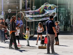 A street artist entairning children and adults in Aix, near the fontain de la Rotonde