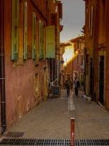 Walking in the centre. The typical tints of ochre in virtually every wall