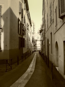The narrow, windning streets of Le Pannier, the oldest part of Marseille #sepia