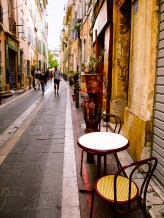 A pedestrianized street in the Pannier with a mesmerizing setting with tables and flower pots
