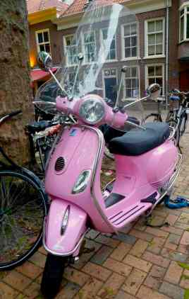 Delft, pink vespa