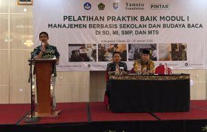 Teacher School Training Specialist PINTAR Tanoto Foundation Jawa Tengah Seno Muhamad Daud sedang memandu acara awal pelatihan