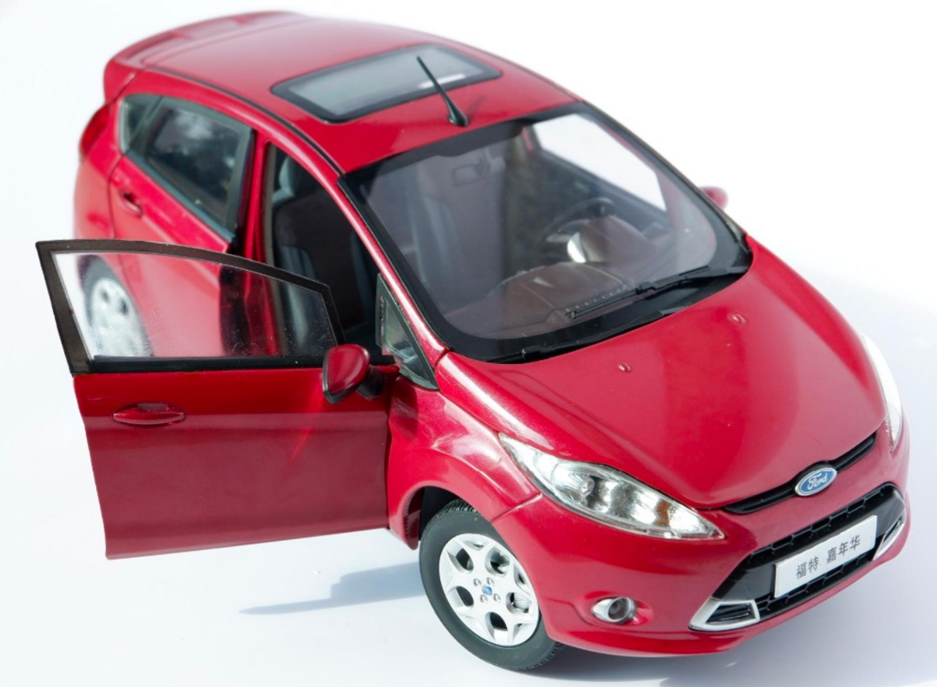 1/18 Ford Fiesta Paudi ouvrants