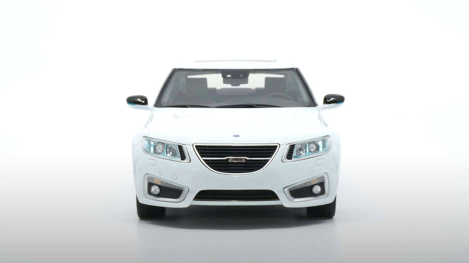 Avant de la Saab 9-5 DNA Collectibles 1/18