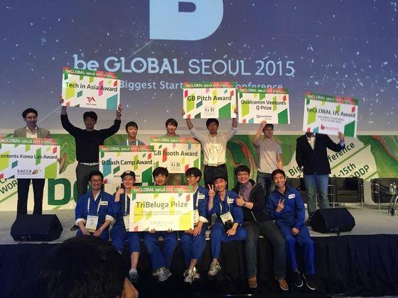 2015년 아시아 최대 스타트업 컨퍼런스 '비글로벌'에서 엔씽(맨 앞줄)이 우승한 뒤 기념촬영을 하고 있다.