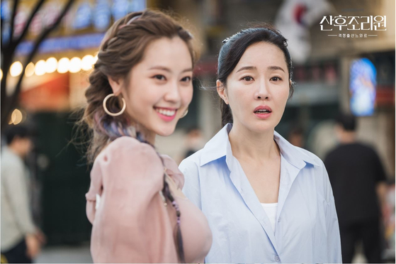 Oh Hyun-jin (Um Ji-won) is often persuaded by the words of the youngest mother, Iruda. [사진 tvN]