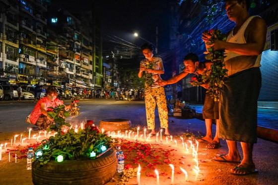 미얀마 양곤에서 13 일 군에 항의하던 희생자들을 기리기 위해 집회가 열렸다.  꽃과 촛불로 희생자들을 위로 [AFP=연합뉴스]