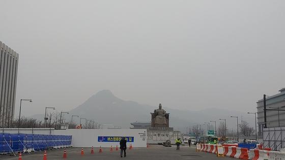 서울 종로구 광화문 광장 한가운데에서 바라본 북악산은 15 일 오전 10시 초 미세 먼지 농도 83㎍ / ㎥으로 '매우 나쁨'수준을 보이며 미세 먼지에 가려져 희미 함 만 보임 개요.  김정연 기자