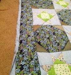 Когда пришло время приметать нижнюю ткань, оказалось, что у меня просто нет такого большого стола или кровати. Пришлось разложить одеяло на полу :)