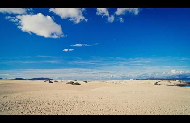 Wüste mit Lanzarote im Hintergrund