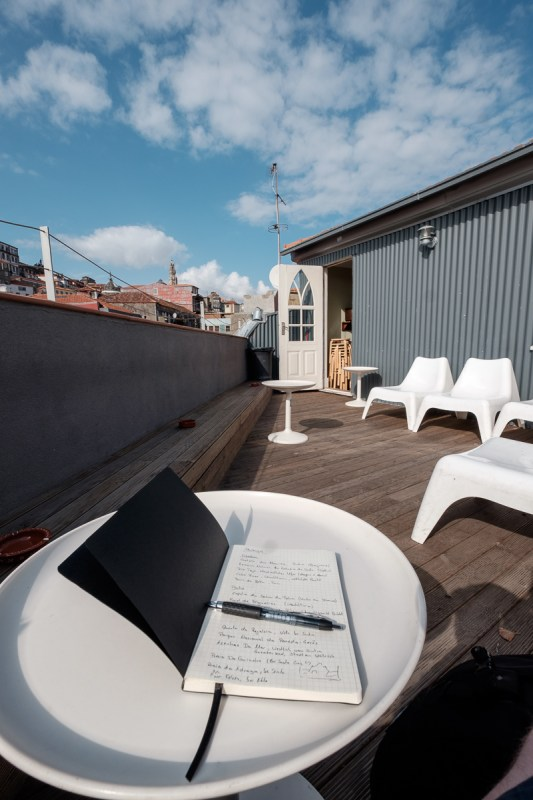 Reisetagebuch schreiben auf der Dachterrasse