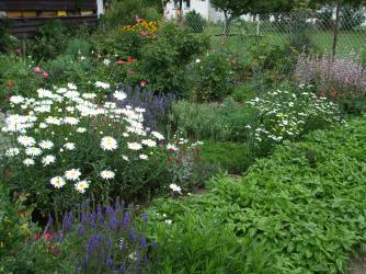 Doras Bauerngarten in Hainert - mit Bienenhaus