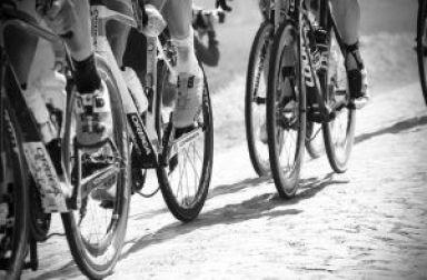 fietsen over kasseien