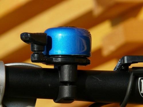 waarom hebben wielrenners geen fietsbel