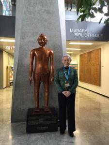 Avec la statue de bronze d'acupuncture à l'OMS