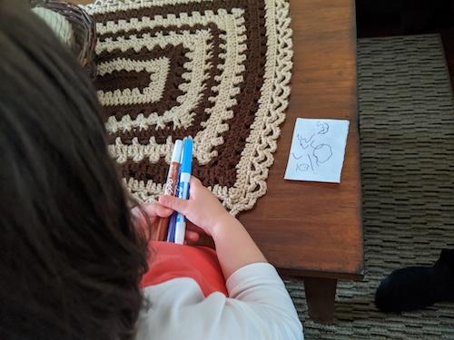 niño buscando letras por casa, actividades de lectoescritura