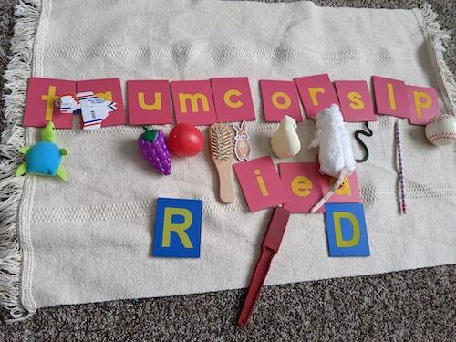 Letras Montessori y objetos para aprender sonidos iniciales